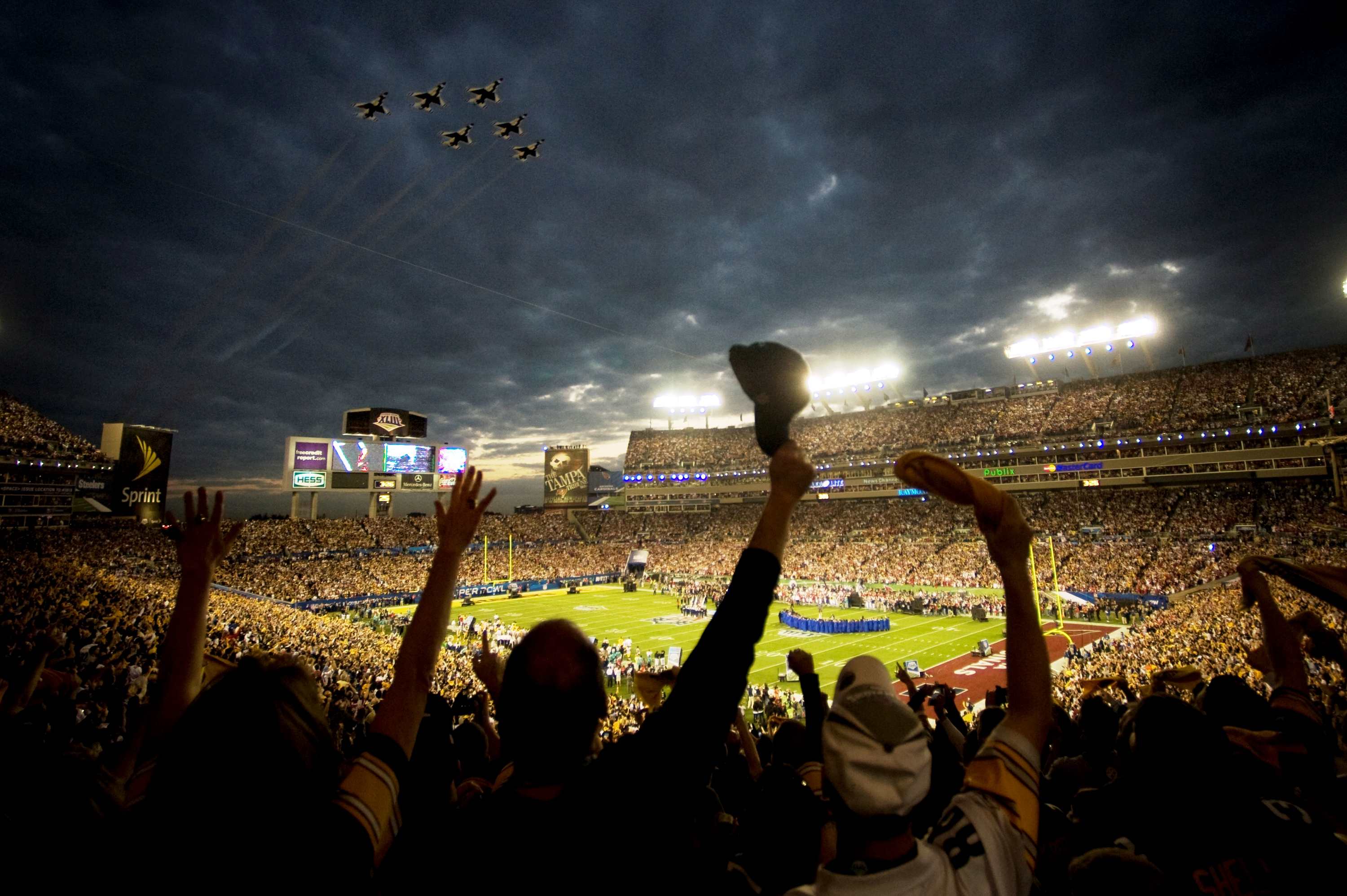 The 2009 US Air Force Thunderbirds fly over Superbowl XLIII in Tampa, Fla., Feb. 2. (RELEASED)